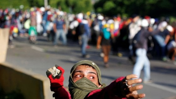 Venezuela: cortei e scontri a Caracas, ucciso un paramedico a Maracaibo
