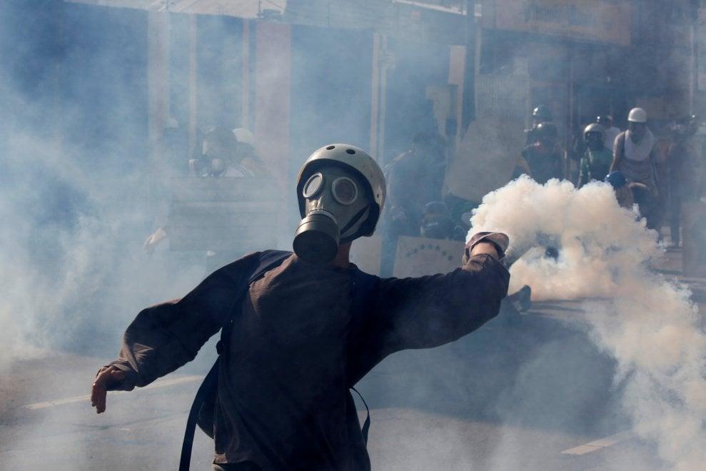 Venezuela, cortei a Caracas: le immagini degli scontri tra polizia e manifestanti