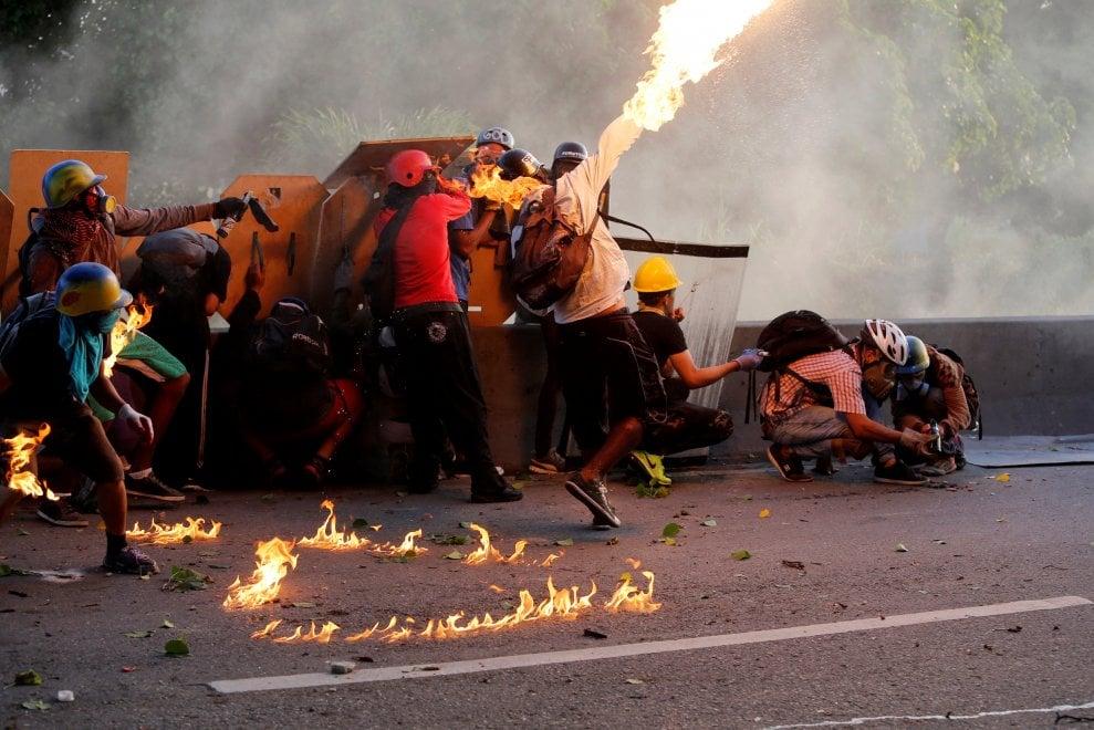 Venezuela cortei a caracas le immagini degli scontri tra for Repubblica homepage it