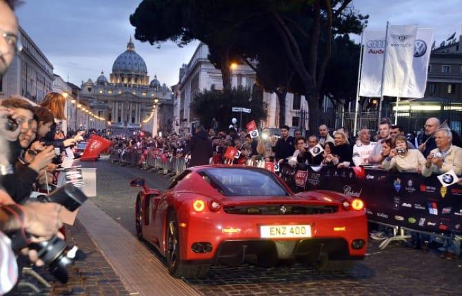 Mille Miglia, la sfilata a Roma e oggi il traguardo a Brescia
