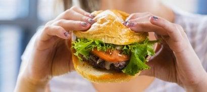 Fuori casa gli adolescenti mangiano due volte e mezzo più cibo spazzatura