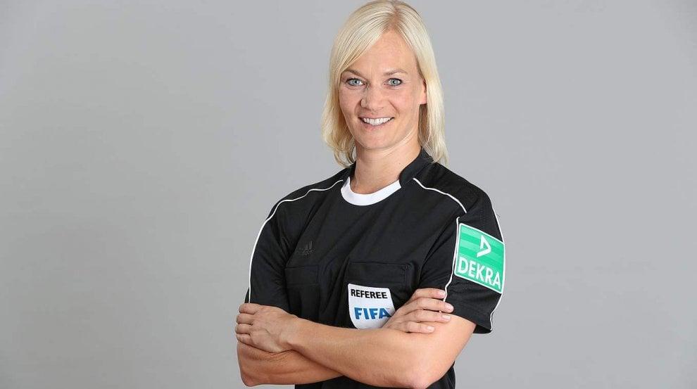 """Ecco Bibiana, la prima arbitra della Bundesliga: """"Un sogno che s'avvera"""""""