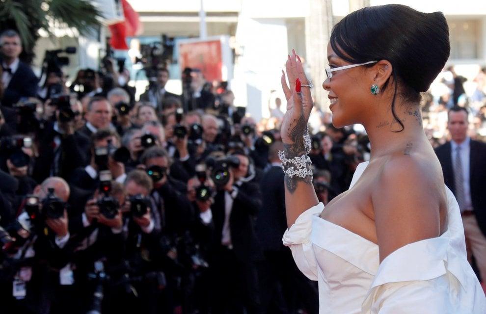 """Cannes, tatuaggi e smeraldi: i """"gioielli"""" di Rihanna in mostra sul red carpet"""