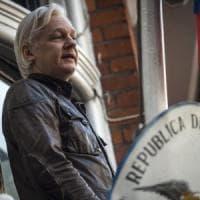 """Assange resta in ambasciata. Il suo legale: """"C'è il rischio che Trump lo usi"""""""