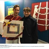 """""""I campioni veri appartengono a tutti"""", Totti riceve una targa dal Chievo: le foto su Twitter"""