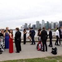 Canada, la foto che non ti aspetti: dietro ai ragazzi c'è Trudeau che fa jogging