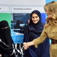 Melania Trump, a Riad tra le donne col niqab: stretta di mano tra due mondi