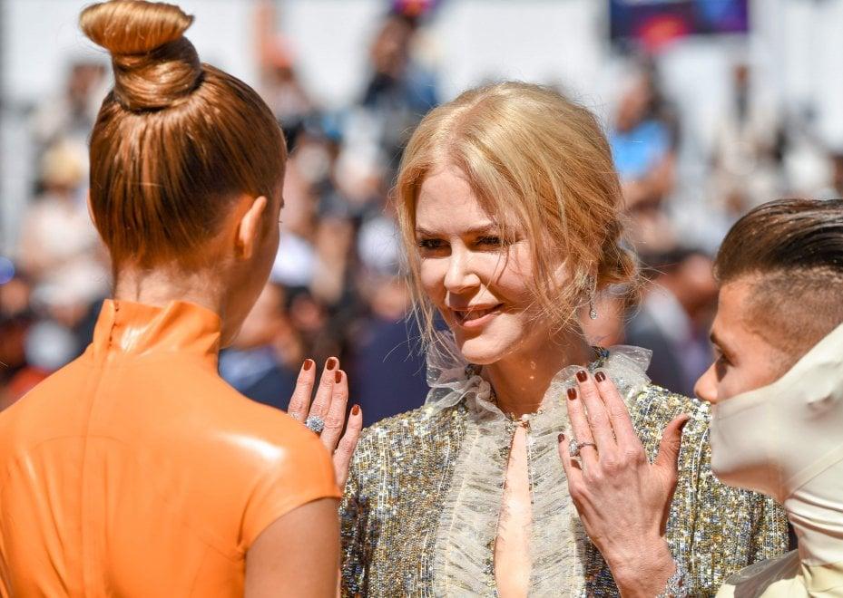 Cannes, Nicole e Elle, aliene al festival: il tappeto rosso tra argento e colori punk