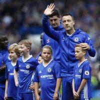 Chelsea, Terry saluta il Chelsea: standing ovation al 26° e l'abbraccio con Conte