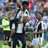 Juve campione d'Italia, Cuadrado spruzza schiuma sulla testa di Allegri