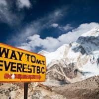 Everest, una parete di roccia si è sbriciolata: