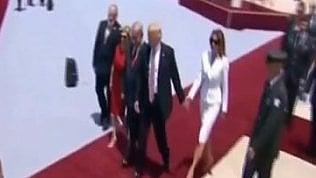 Trump porge mano alla moglie:Melania rifiuta e la spinge via