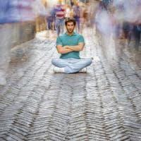 Sotto la doccia, in fila o in ufficio: la meditazione dei piccoli gesti