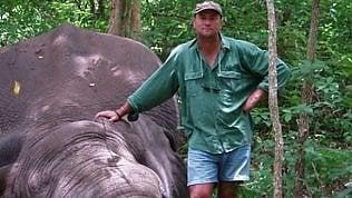 Cacciatore sudafricano ucciso da elefante durante un safari