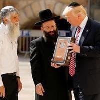 """Trump in Israele: """"Abbiamo chance di arrivare a pace"""". Primo presidente Usa al Muro del..."""