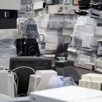 Pa, il grande inquinatore: tra carta e beni scaduti, persi 25 miliardi l'anno