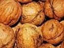 Tumore al colon, meno recidive con le noci nella dieta