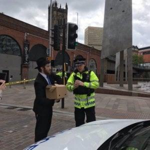 Paula che ha salvato i bambini, AJ che ha guidato gratis: tutti gli eroi della notte di Manchester