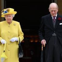 """Attentato Manchester, critiche alla regina: non ha annullato il """"garden party"""""""