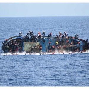 """Profughi, """"L'Italia aggira i suoi obblighi aiutando i libici a intercettare i migranti in mare"""""""