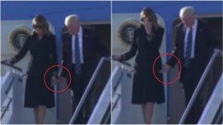 Trump ci riprova: porge la mano ma Melania rifiuta ancora