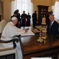 """Il Papa politico regala a Trump un libro sull'ambiente, """"per la cura della nostra casa..."""