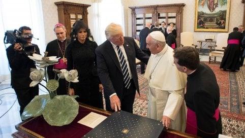 Trump in Vaticano video - foto · Atto simbolico del Papa: dona un libro su difesa dell'ambiente