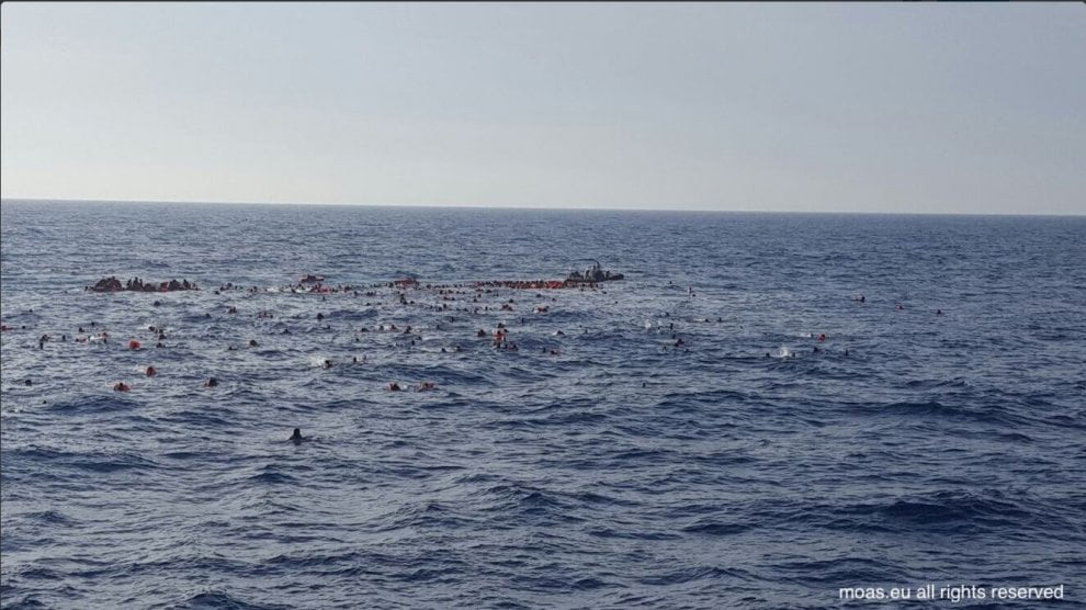 Naufragio nel canale di Sicilia: le foto drammatiche degli uomini in mare