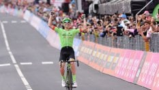 Rolland vince a CanazeiDumoulin resta in rosa