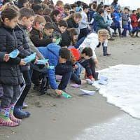 Palermo, messaggio al G7: il salvataggio simbolico con le barchette di carta
