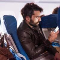 Troppo presi dai social: le cattive abitudini degli italiani in volo