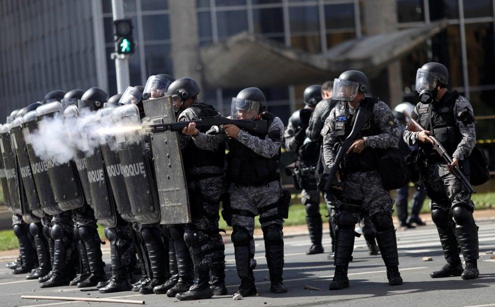 Brasilia: scontri e cariche della polizia durante manifestazione contro Temer