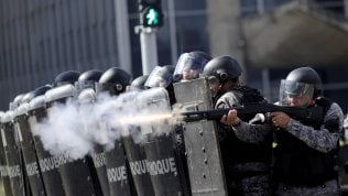 Brasilia, scontri e cariche durante manifestazione contro presidente Temer