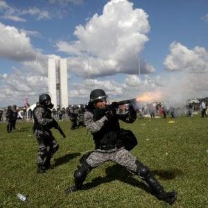 Brasile, folla assalta i ministeri. Temer schiera l'esercito, poi fa marcia indietro