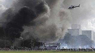 Brasile, la folla assalta i ministeri: il governo schiera l'esercito