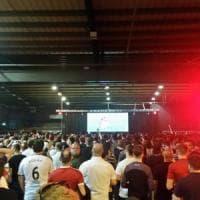 """""""Noi, in migliaia davanti al maxischermo a vedere lo United"""". I tifosi sfidano la paura"""