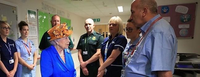 La regina Elisabetta all'ospedale di Manchester dove è andata a visitare i feriti dell'attentato all'Arena