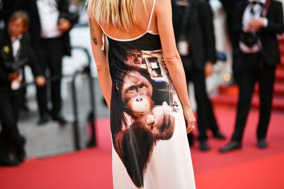 Dal cane col pass all'attrice col numero di telefono dipinto sul corpo, le curiosità di Cannes 2017
