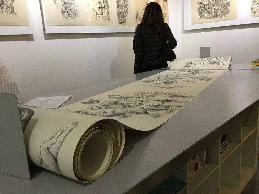 """Dal dramma G8 a visioni da sogno: i """"rulli"""" disegnati di Bambi Kramer in mostra a Roma"""