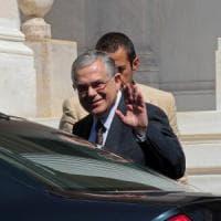 Grecia, ex premier Papademos ferito in esplosione. Lettera-bomba nella sua auto: non è in...