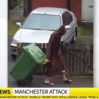 Attentato a Manchester, Salman Abedi con tunica e cappuccio butta la spazzatura