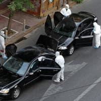Grecia, pacco bomba esplode nell'auto di Papademos: le immagini