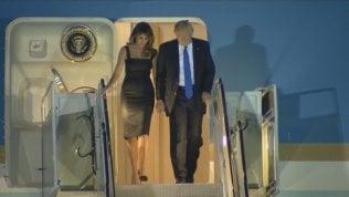 """Trump arriva a Sigonella, """"mano nella mano"""" con Melania"""