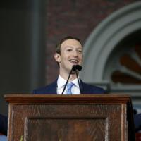 """La rivincita di Zuckerberg, laurea ad Harvard: """"Serve un nuovo contratto sociale"""""""