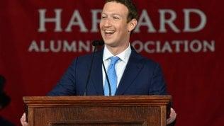 """La rivincita di Zuckerberg, laurea ad Harvard che aveva lasciato: """"Servono opportunità per tutti"""""""