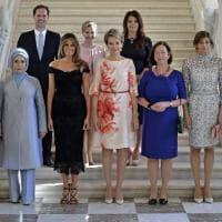 """Nato, i """"first partner"""": la foto di gruppo è un quadro del nostro tempo"""