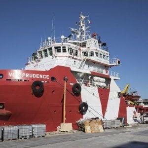 """La nave di Msf con 1500 migranti dirottata a Napoli: """"Aiutateci, siamo in emergenza"""""""
