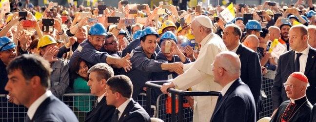 """Il Papa tra gli operai dell'Ilva di Genova ·video""""Non reddito per tutti, ma lavoro per tutti"""""""
