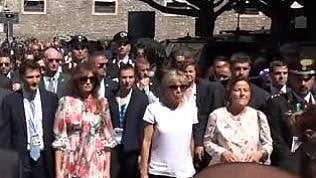First lady a spasso per Taormina. Melania Trump saluta in italiano