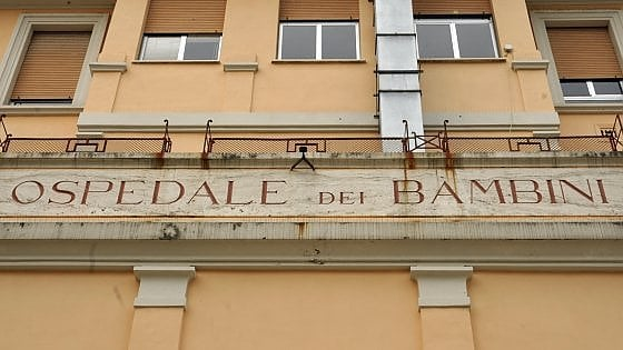 Ancona, morto il bimbo di 7 anni colpito da otite curata con omeopatia. Donati gli organi